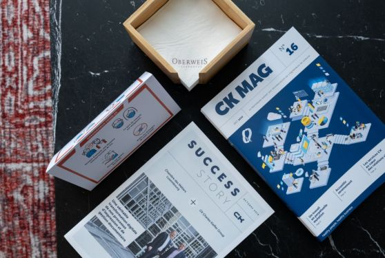 Publications papier CK sur une table en marbre