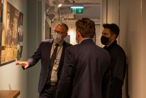 personnes masquées discutant au écran interactif Tomorrow's Office 2020