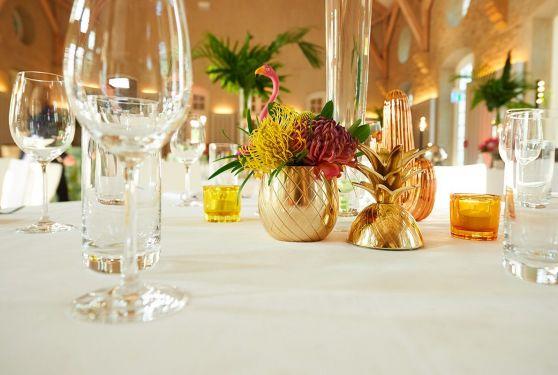 Gros plan décoration d'un événement privé pour un anniversaire à la Schéiss Luxembourg sur le thème tropical