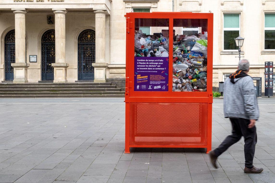 cube transparent rouge rempli de déchets place de l'hôtel de ville dudelange luxembourg