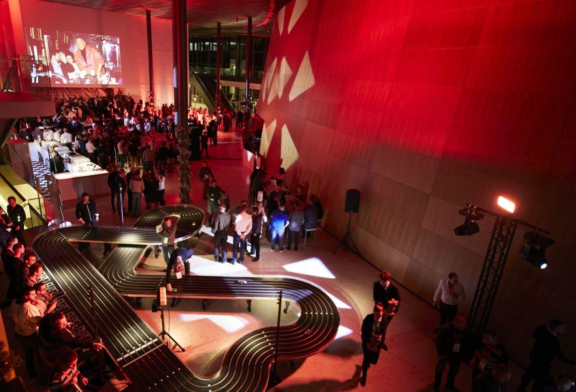 Vue du dessus de l'espace principal de la soirée Ceratizit avec le circuit de voitures génat à l'European Convention Center Luxembourg