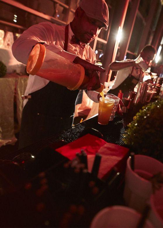 Deux barman qui préparent des cocktails durant la soirée