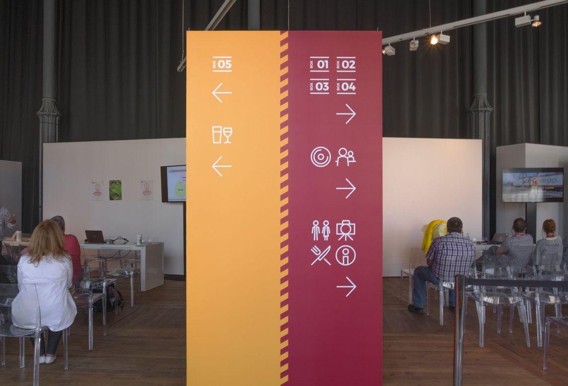Vue de face de la signalétique de deux espaces d'informations pour la Journée Sécurité Santé 2017 CFL aux Rotondes Luxembourg