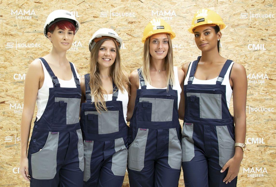 Groupe de 4 hôtesses habillées en salopette de travail et casque de sécurité
