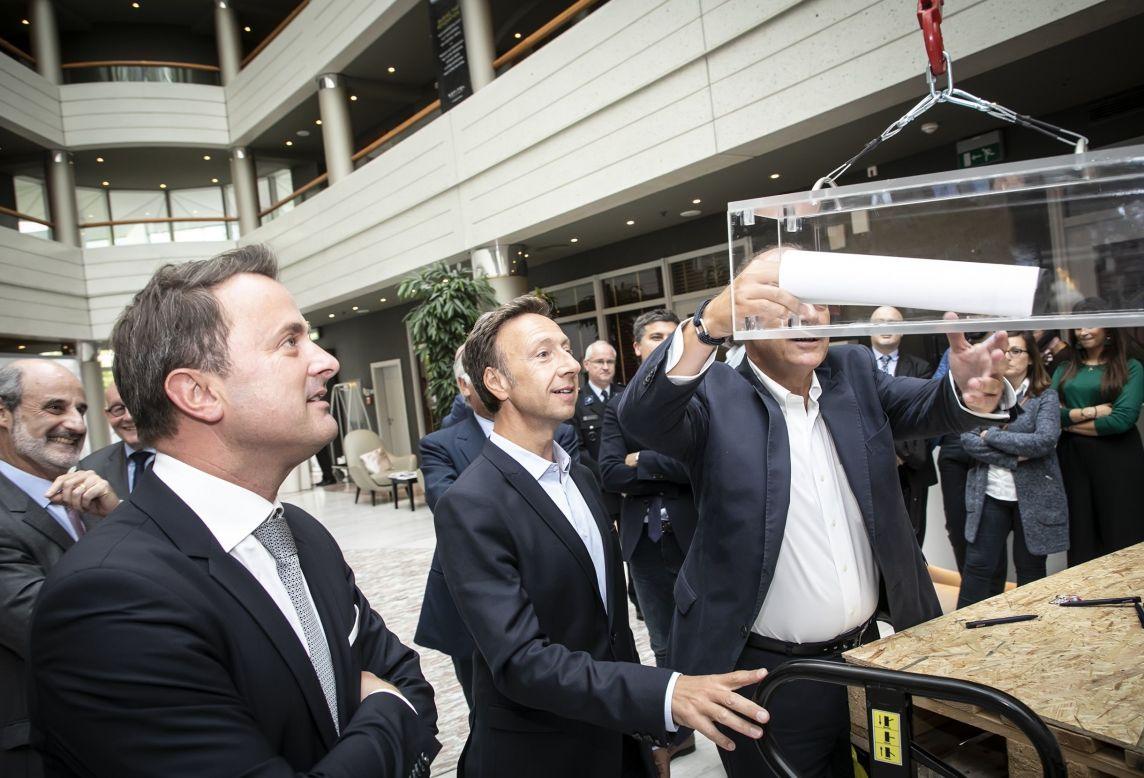 Xavier Bettel et Stéphane Bern remplissent la capsule temps qui sera déposer en même temps que la première pierre