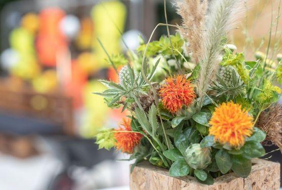 Décoration de tables florale et vase en bois