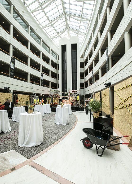 Vue d'ensemble de l'espace de l'événement avec décoration de chantier et tables nappées