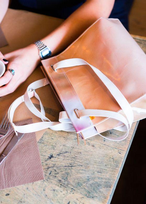 Photo shooting d'un sac DONO sur une table d'un restaurant