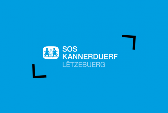 Logo du 50e anniversaire du Kannerduerf sur fond bleu cyan