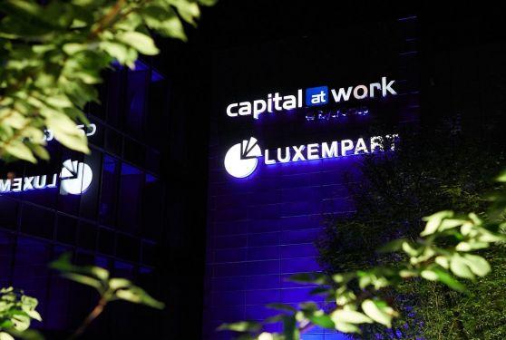 Logotype capital at work et Luxempart illuminés sur la façade du bâtiment