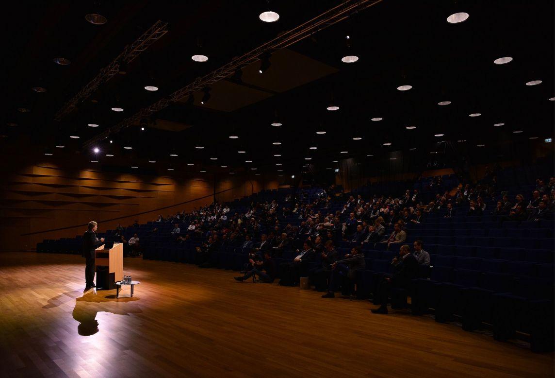 Intervenant devant un public lors d'une conférence pour l'Industry Summit 2017 à l'European Convention Center Luxembourg