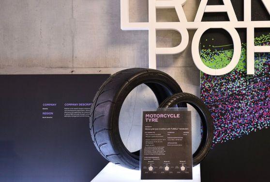 Présentation de pneus pour moto lors de l'Industry Summit 2017