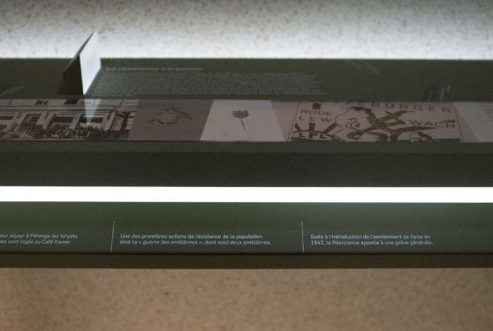 Gros plan d'un meuble et du graphisme réalisé pour l'exposition sur la seconde guerre mondiale 9'44 à Pétange
