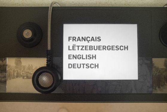 iPad pour choisir la langue qui incrusté dans un meuble et graphisme réalisé pour l'exposition sur la seconde guerre mondiale 9'44 à Pétange