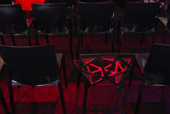 Gros plan alignement de chaises rouges et noires sous la tente de l'événement 85 ans de Ceratizit