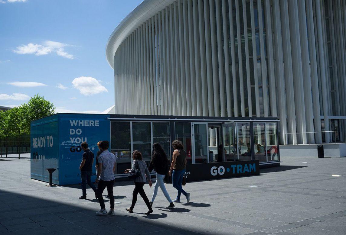 Vue d'ensemble du conteneur GoTram sur le parvis de la Philharmonie de Luxembourg par accentaigu