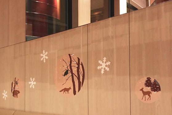 Stickers rond et flocons aux murs des boutiques Oberweis pour la décoration de Noël