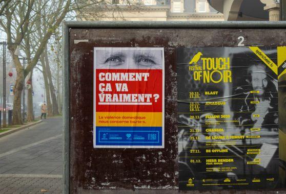affiche en français sur la place de l'hotel de ville de dudelange